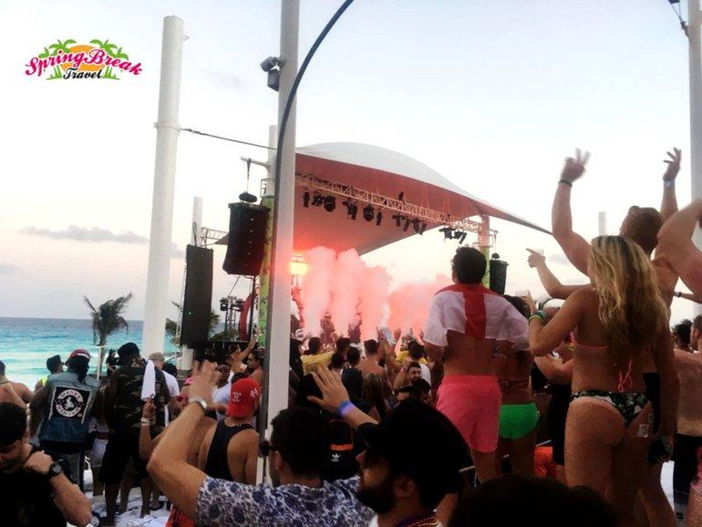 Unsere Reisegruppe beim feiern am Strand von Cancun
